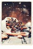 Ραβδιά Χριστουγέννων της κανέλας στο ξύλινο υπόβαθρο, συρμένο χιόνι Στοκ φωτογραφία με δικαίωμα ελεύθερης χρήσης