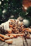 Ραβδιά Χριστουγέννων της κανέλας στο ξύλινο υπόβαθρο Συρμένο χιόνι Στοκ Εικόνα