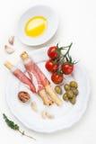 Ραβδιά ψωμιού ζαμπόν Prosciutto με το έλαιο και τις ντομάτες ελιών Στοκ εικόνα με δικαίωμα ελεύθερης χρήσης