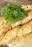 Ραβδιά ψωμιού με το μαϊντανό σε μια ξύλινη στάση Στοκ εικόνες με δικαίωμα ελεύθερης χρήσης