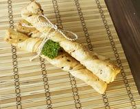 Ραβδιά ψωμιού με το μαϊντανό σε μια ξύλινη στάση Στοκ Φωτογραφία