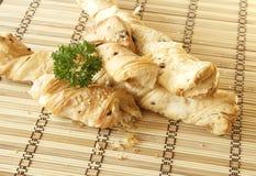 Ραβδιά ψωμιού με το μαϊντανό σε μια ξύλινη στάση Στοκ εικόνα με δικαίωμα ελεύθερης χρήσης