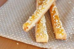 Ραβδιά ψωμιού με το τυρί και το σουσάμι Στοκ φωτογραφία με δικαίωμα ελεύθερης χρήσης