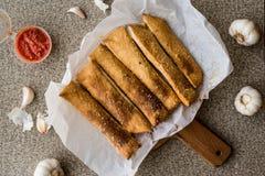 Ραβδιά ψωμιού σκόρδου με τη σάλτσα ντοματών και το τυρί παρμεζάνας στοκ φωτογραφία με δικαίωμα ελεύθερης χρήσης