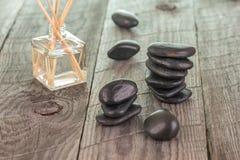 Ραβδιά Aromatherapy και μαύρες πέτρες Στοκ Φωτογραφία