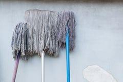 Ραβδιά Mop σε έναν τοίχο ρύπου Στοκ Εικόνες