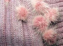 ραβδωτός πλέξτε το μαλλί όπως τη σύσταση με τη γούνα pompoms, κατασκευασμένος πλεκτός Στοκ φωτογραφίες με δικαίωμα ελεύθερης χρήσης