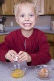 ραγίζοντας αυγά αγοριών &kapp Στοκ φωτογραφία με δικαίωμα ελεύθερης χρήσης