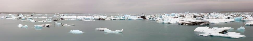 Ραγίζοντας πάγος που επιπλέει στη λίμνη Στοκ Φωτογραφία
