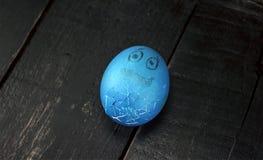 Ραγισμένα αστεία αυγά Πάσχας σε έναν ξύλινο πίνακα Στοκ Φωτογραφίες