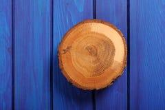 Ραγισμένη βαλανιδιά διάσπαση στον μπλε ναυτικό ξύλινο πίνακα Στοκ Εικόνα