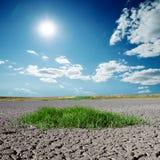 Ραγισμένη γη με και βαθύς μπλε ουρανός πέρα από το Στοκ φωτογραφία με δικαίωμα ελεύθερης χρήσης