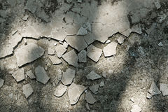 Ραγισμένη και σπασμένη επίστρωση τσιμέντου Στοκ φωτογραφία με δικαίωμα ελεύθερης χρήσης