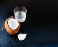 Ραγισμένη καρύδα με το γάλα καρύδων σε ένα γυαλί Καρύδι κοκοφοινίκων που κόβεται στο χ Στοκ φωτογραφίες με δικαίωμα ελεύθερης χρήσης