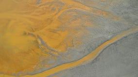 Ραγισμένη λάσπη με τα ένθετα του τοξικού νερού yelow σε μια λίμνη διάθεση φιλμ μικρού μήκους