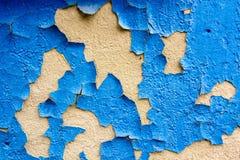 Ραγισμένη μπλε ζωγραφική στην επιφάνεια ασβεστοκονιάματος Στοκ Εικόνες