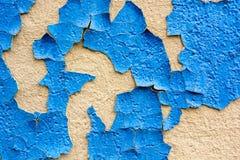 Ραγισμένη μπλε ζωγραφική στην επιφάνεια ασβεστοκονιάματος Στοκ Φωτογραφίες