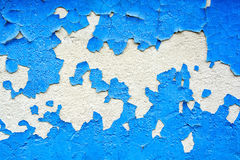 Ραγισμένη μπλε ζωγραφική στην επιφάνεια ασβεστοκονιάματος Στοκ Φωτογραφία
