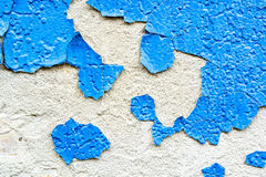 Ραγισμένη μπλε ζωγραφική στην επιφάνεια ασβεστοκονιάματος Στοκ φωτογραφία με δικαίωμα ελεύθερης χρήσης