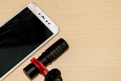 Ραγισμένη οθόνη Handphone LCD με το τηλεοπτικό μικρόφωνο στοκ φωτογραφία