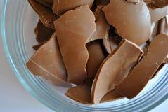 Ραγισμένη σοκολάτα αυγών στο άσπρο υπόβαθρο Στοκ Φωτογραφίες