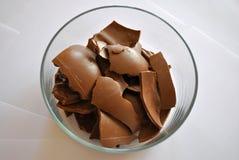 Ραγισμένη σοκολάτα αυγών στο άσπρο υπόβαθρο Στοκ Φωτογραφία
