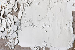 Ραγισμένος άσπρος τοίχος, ασβεστοκονίαμα φλούδας, υπόβαθρο καταστροφών Στοκ εικόνες με δικαίωμα ελεύθερης χρήσης
