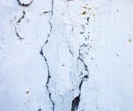 Ραγισμένος ασπρισμένος τοίχος με την πλούσια και διάφορη σύσταση Στοκ Εικόνες