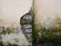 Ραγισμένος λεπτομέρεια τουβλότοιχος Στοκ φωτογραφία με δικαίωμα ελεύθερης χρήσης