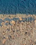Ραγισμένος και πελεκημένος τοίχος λιμνών στοκ φωτογραφίες με δικαίωμα ελεύθερης χρήσης
