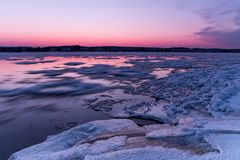 Ραγισμένος πάγος στο riverbank Στοκ Φωτογραφία
