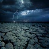 Ραγισμένο έδαφος και η αστραπή Στοκ Φωτογραφία
