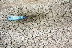 Ραγισμένο έδαφος με το empy μπουκάλι Στοκ εικόνα με δικαίωμα ελεύθερης χρήσης
