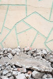 Ραγισμένο πάτωμα ερειπίων και τρελλός τοίχος επίστρωσης Στοκ φωτογραφίες με δικαίωμα ελεύθερης χρήσης