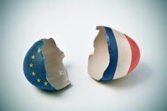 Ραγισμένο eggshell με τις ευρωπαϊκές και γαλλικές σημαίες Στοκ Εικόνες