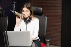 Ραδιο παρουσιαστής που παίρνει συνέντευξη από έναν φιλοξενούμενο από το στούντιο Στοκ Φωτογραφία