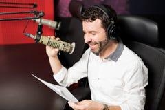 Ραδιο παρουσιαστής που φιλοξενεί μια επίδειξη στο σταθμό Στοκ φωτογραφίες με δικαίωμα ελεύθερης χρήσης