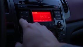 Ραδιόφωνο αυτοκινήτου παιχνιδιού οδηγών απόθεμα βίντεο