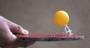 Ρακέτα αντισφαίρισης που χτυπά μια σφαίρα Έννοια δράσης κινήσεων του  στοκ εικόνες