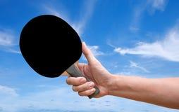 Ρακέτα επιτραπέζιας αντισφαίρισης λαβής χεριών στοκ εικόνες