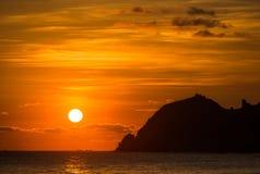 Δραματικός κόκκινος ουρανός ηλιοβασιλέματος πέρα από τον ωκεανό Στοκ φωτογραφίες με δικαίωμα ελεύθερης χρήσης
