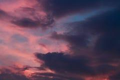 δραματικό ηλιοβασίλεμα 1 ανασκόπηση καλύπτει το νεφελώδη ουρανό Στοκ Φωτογραφία