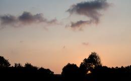 δραματικό πορτοκαλί ηλι&omic Στοκ Φωτογραφίες