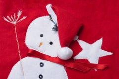 Ραμμένος χιονάνθρωπος σε μια κόκκινη κάλτσα Χριστουγέννων. Στοκ Φωτογραφία