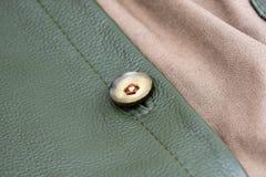 Ραμμένο κουμπί στην τσάντα δέρματος στοκ εικόνες