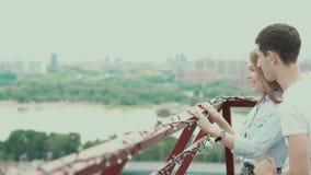 Ραντεβού στη στέγη Νεαρός άνδρας που κάνει μια έκπληξη στη φίλη του απόθεμα βίντεο