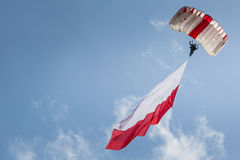 ΡΑΝΤΟΜ, ΠΟΛΩΝΙΑ - 23 ΑΥΓΟΎΣΤΟΥ: Αλεξιπτωτιστής με την πολωνική σημαία στο Α Στοκ εικόνες με δικαίωμα ελεύθερης χρήσης