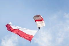 ΡΑΝΤΟΜ, ΠΟΛΩΝΙΑ - 23 ΑΥΓΟΎΣΤΟΥ: Αλεξιπτωτιστής με την πολωνική σημαία στο Α Στοκ φωτογραφίες με δικαίωμα ελεύθερης χρήσης