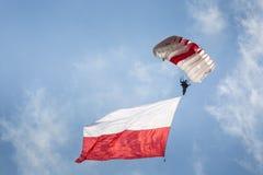 ΡΑΝΤΟΜ, ΠΟΛΩΝΙΑ - 23 ΑΥΓΟΎΣΤΟΥ: Αλεξιπτωτιστής με την πολωνική σημαία στο Α Στοκ Φωτογραφίες