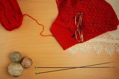 Ραπτική, πλέκοντας βελόνες και τσιγγελάκι, σακάκι του νήματος τερακότας Στοκ Φωτογραφία